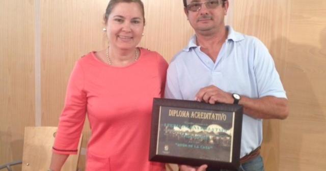 La concejala de Festejos entrega el premio al ganador.