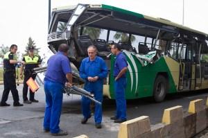 Estado en el que quedó la parte trasera del autobús por el impacto. (Julián Pérez)