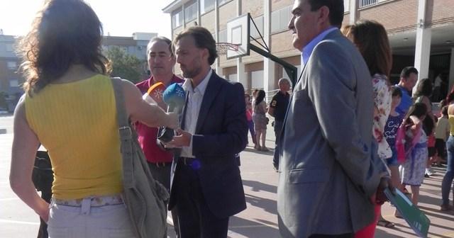 Fiscal y Zarza, en el inicio del curso en el CEIP José Oliva de Huelva.