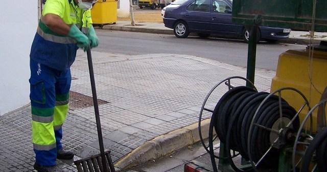 Limpieza de imbornales en Moguer.