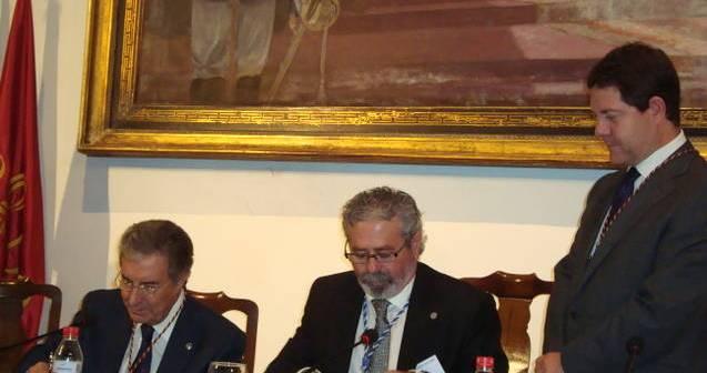 Andrés Sánchez Escobar y Sixto Romero Sánchez, en presencia de Emiliano García-Page Sánchez, firman en en el Salón del Almirante del Real Alcázar de Sevilla.