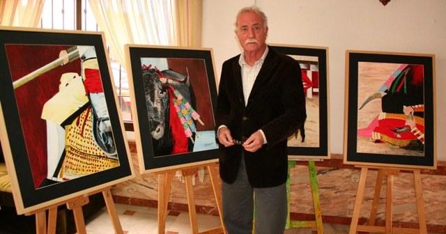 Pepe Salas con algunas de las obras que expone en Cartaya.