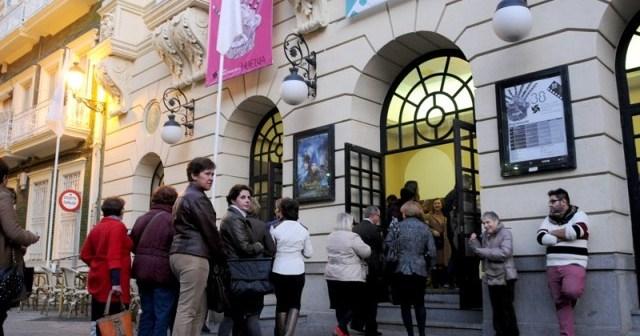 Colas ante el Gran Teatro para asistir a una de las sesiones del Festival de Cine.