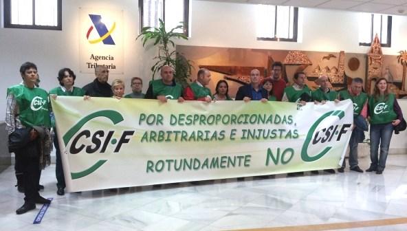 Protesta del CSIF en la Delegación de Hacienda.