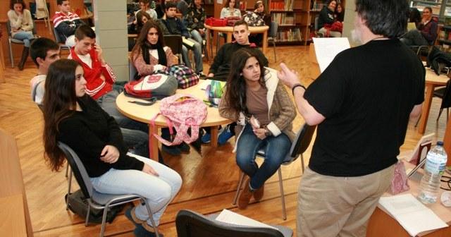 Manuel Moya en un encuentro con estudiantes en la biblioteca de Cartaya.