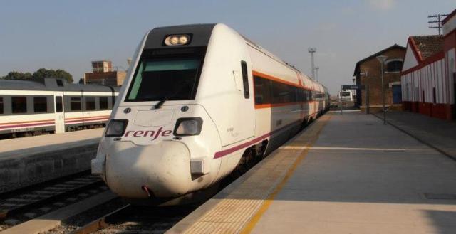 Uno de los trenes que hacen la línea Huelva-Zafra.