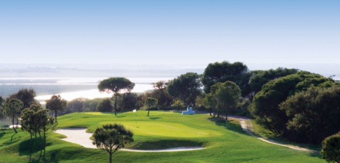 Jugar al golf es uno de los principales atractivos turísticos en Huelva para los extranjeros.
