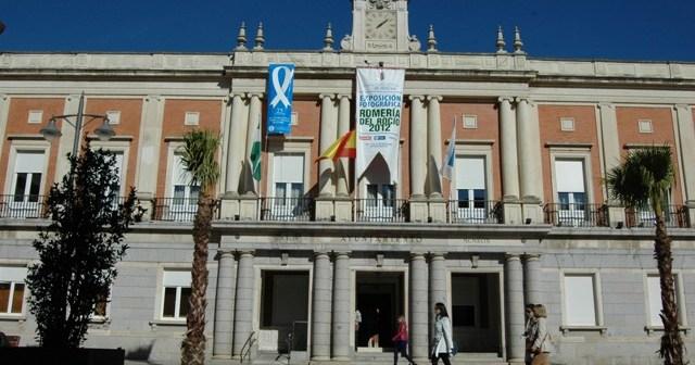El lazo azul colgado en el Ayuntamiento de Huelva.