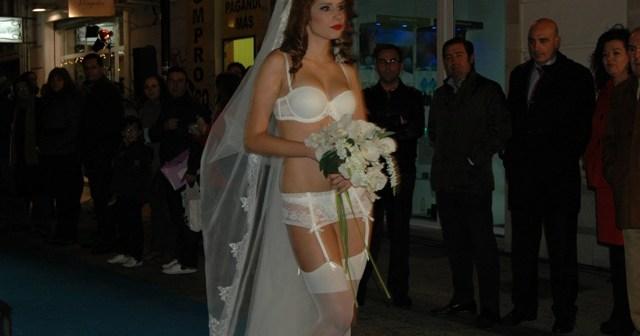 Uno de los modelos en la pasarela de la Calle José Nogales.