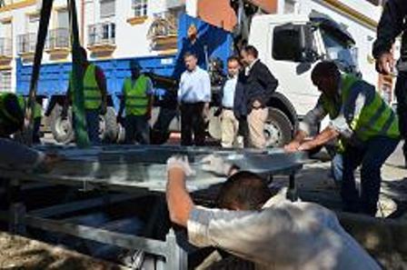 Instalación de unas de los contenedores soterrados en Palos.