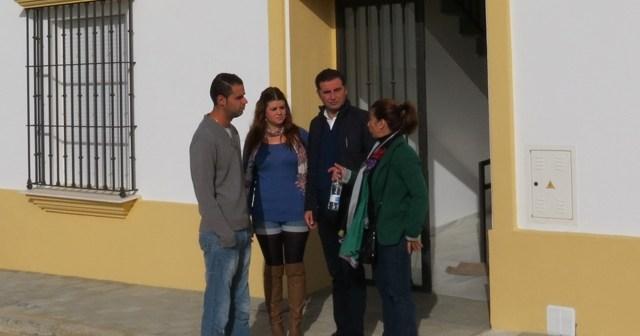 El alcalde visita las viviendas.