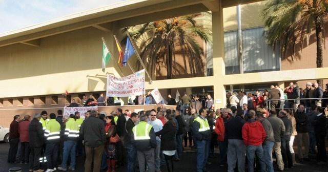 Los trabajadores de Giahsa en una concentración ante las oficinas de la empresa en Aljaraque. (José Miguel Espínola)