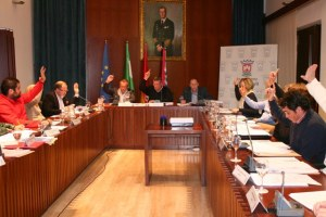 Votación en un pleno de Cartaya durante el mandato que acaba de concluir con las elecciones.
