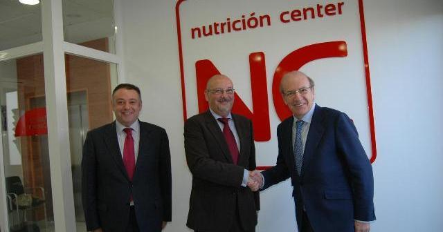 Adame y Rodríguez con el responsable de Nutrición Center.