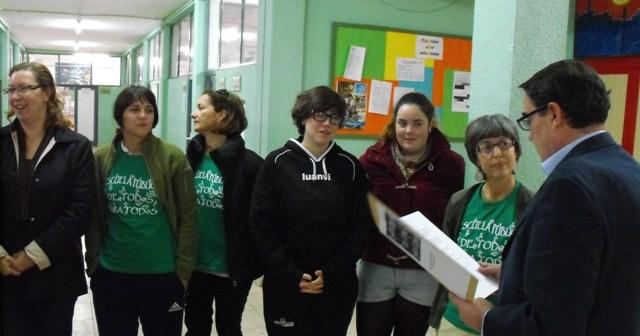 Alumnos y profesores entregan la carta al delegado.