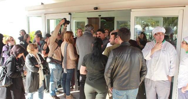 Imagen de archivo en la que el alcalde de Ayamonte conversa con los trabajadores en la puerta del parador.