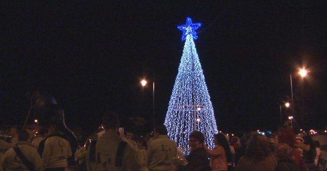 Inauguración del árbol navideño en la barriada de Canela.