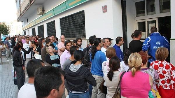 Cola ante la oficina de Empleo situada en Muñoz de Vargas.