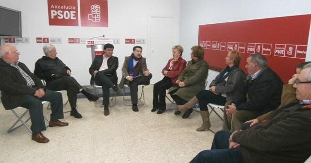 Imagen de archivo de una reunión de dirigentes socialistas con pensionistas.