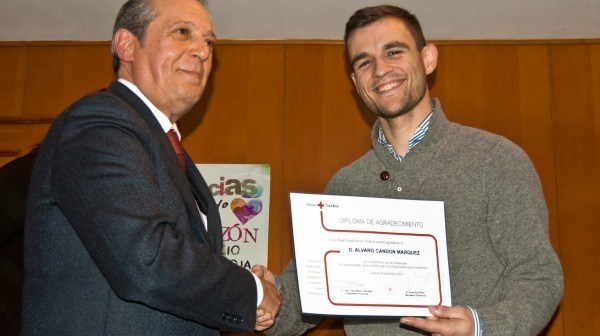El presidente de Cruz Roja Huelva, Juan José Blanco, felicita a unos de los socios onubenses de la ONG.