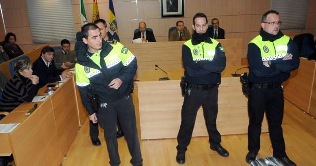Imagen de archico en la Policía Local 'toma' el pleno de Aljaraque ante las protestas de los trabajadores municipales, que llevan más de 9 meses sin cobrar. (Espínola)