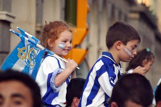 Jóvenes aficionados del Recreativo de Huelva.