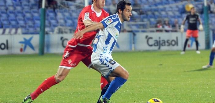 Cifu presionado por un jugador del Sporting. (Espínola)