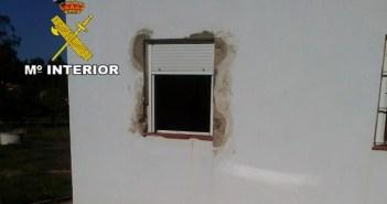 Daños en una de las viviendas que fueron asaltadas por los ladrones en Rociana.