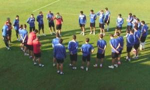 Sergi Barjuan con sus futbolistas.