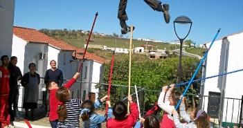 Un grupo de niños apalea a uno de los 'judas'.