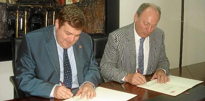Firma del convenio por Francisco José Martínez y Rafael Martínez Cañavate.
