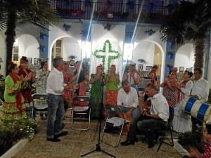 Gran ambiente en la Cruz de Mayo de La Villa en Ayamonte.