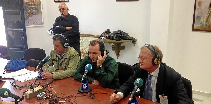 El alcalde, en el centro, durante el programa 'La Mañana' que la Cadena Cope ha emitido este viernes desde la aldea.