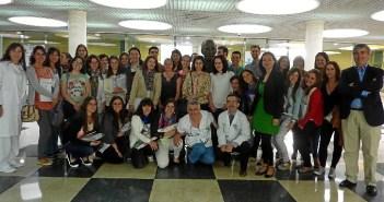 Foto de familia tras el acto celebrado en un hospital de Huelva con los residentes el pasado año.