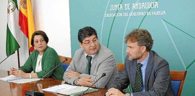 Diego Valderas, en el centro de la imagen, en la rueda de prensa celebrada este jueves en Huelva.