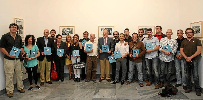 Foto de familia de los fotófrafos de prensa que han participado con sus imágenes en la anuario de la Asociación de la Prensa.