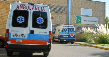 Ambulancias ante el edificio del Hospital Comarcal de Riotinto. (José Carlos Sánchez)