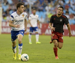 Joselu lucha un balón ante el Zaragoza. (www.realzaragoza.com)