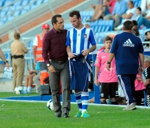 Sergi, técnico albiazul, hablando con el lesionado Fernando Vega. (Espínola)