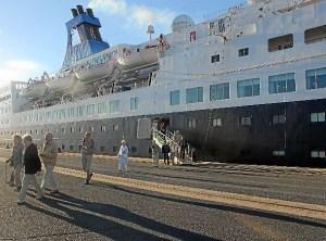 Pasajeros del crucero bajan en el Puerto de Huelva.