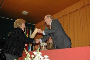 El alcalde con uno de los premiados