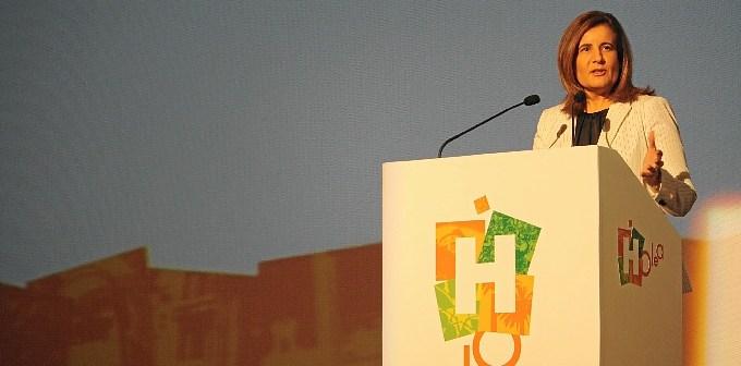 La ministra toma la palabra en el acto de apertura del centro comercial.