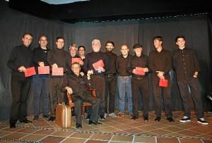 Hombres participantes en la lectura dramatizada.