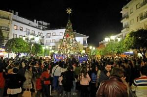 Plaza del Ayuntamiento de San Juan del Puerto alumbrada.
