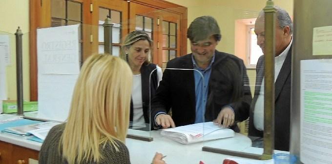 Presentación de las firmas por responsables del grupo socialista.