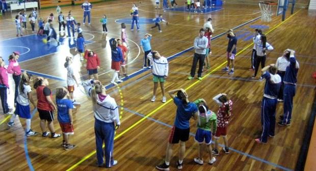 Jugadoras del Conquero con equipos de cantera.