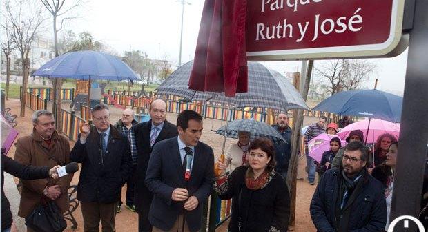 Inauguración del parque en recuerdo de Ruth y José, con presencia del alcalde y de la madre de los niños. (Foto: Madero Cubero-www.cordopolis.es)