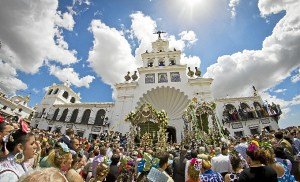 Presentación de la Hermandad del Rocío de San Juan del Puerto ante la Matriz. (Julián Pérez)