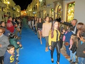 Desfile de moda en las calles de Moguer.