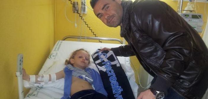 Córcoles visitando a una niña en los hospitales de Huelva.